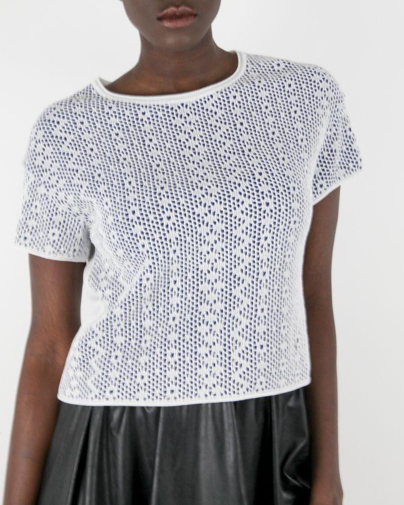 Pull tricot blanc à fond bleu SHE'S SO
