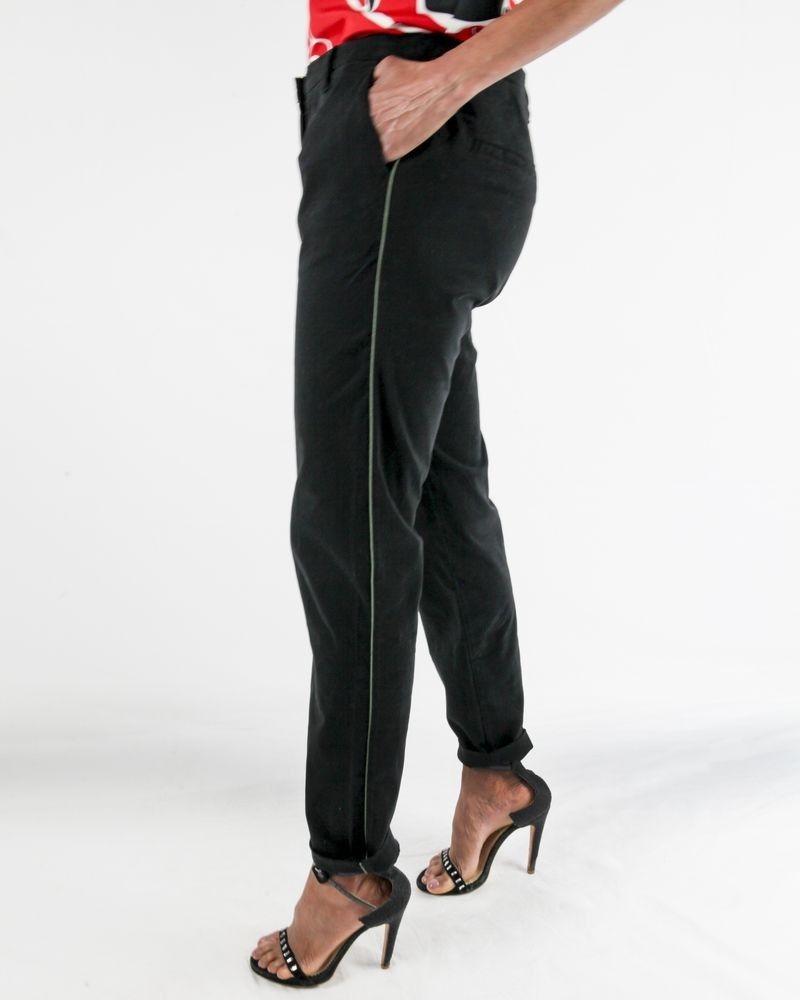 Pantalon chino noir à passepoile vert May June