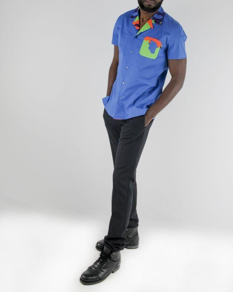 Chemise bleue à détail camouflage fluo Love Moschino