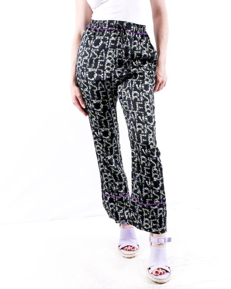 Pantalon façon pyjama en satin noir à motifs logo fleuri Isabelle Blanche