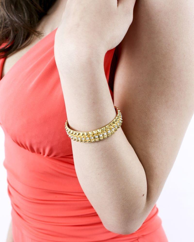 Bracelet jonc en métal doré clouté à pierre Tom Binns