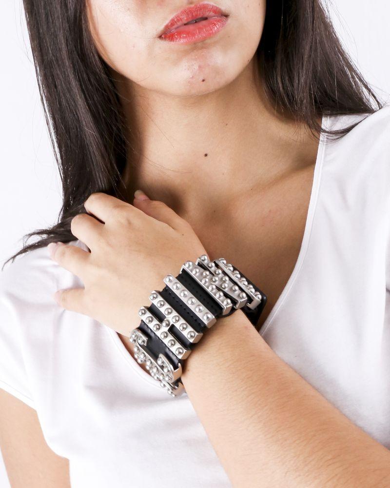 Bracelet en cuir noir à logo clouté Moschino