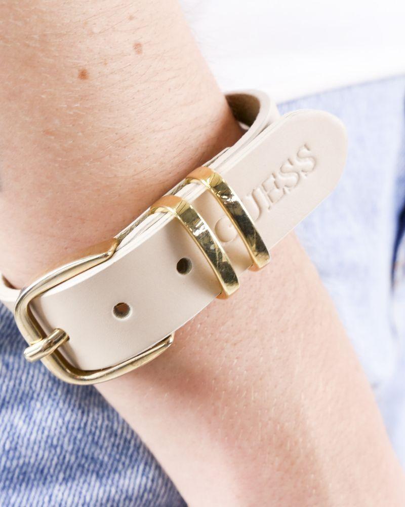 Bracelet facon ceinture en cuir beige Guess