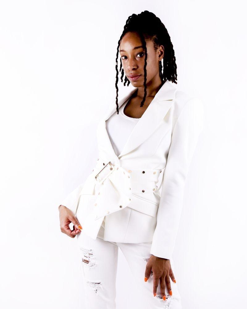 Veste en crêpe blanche à ceinture fantaisie Misha Collection