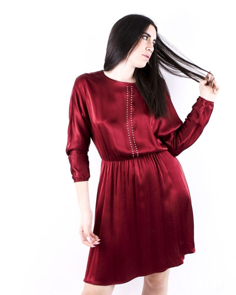Robe empire en satin clouté bordeaux SVNTY