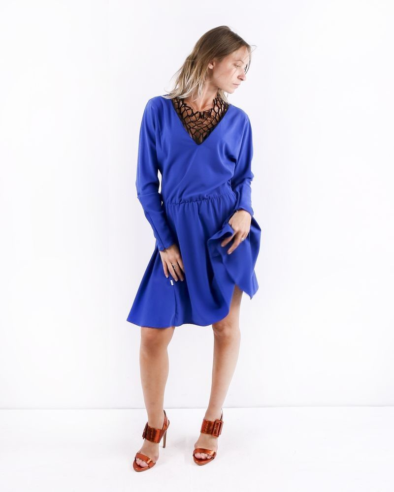Robe en crêpe bleue à empiècement filet Jijil