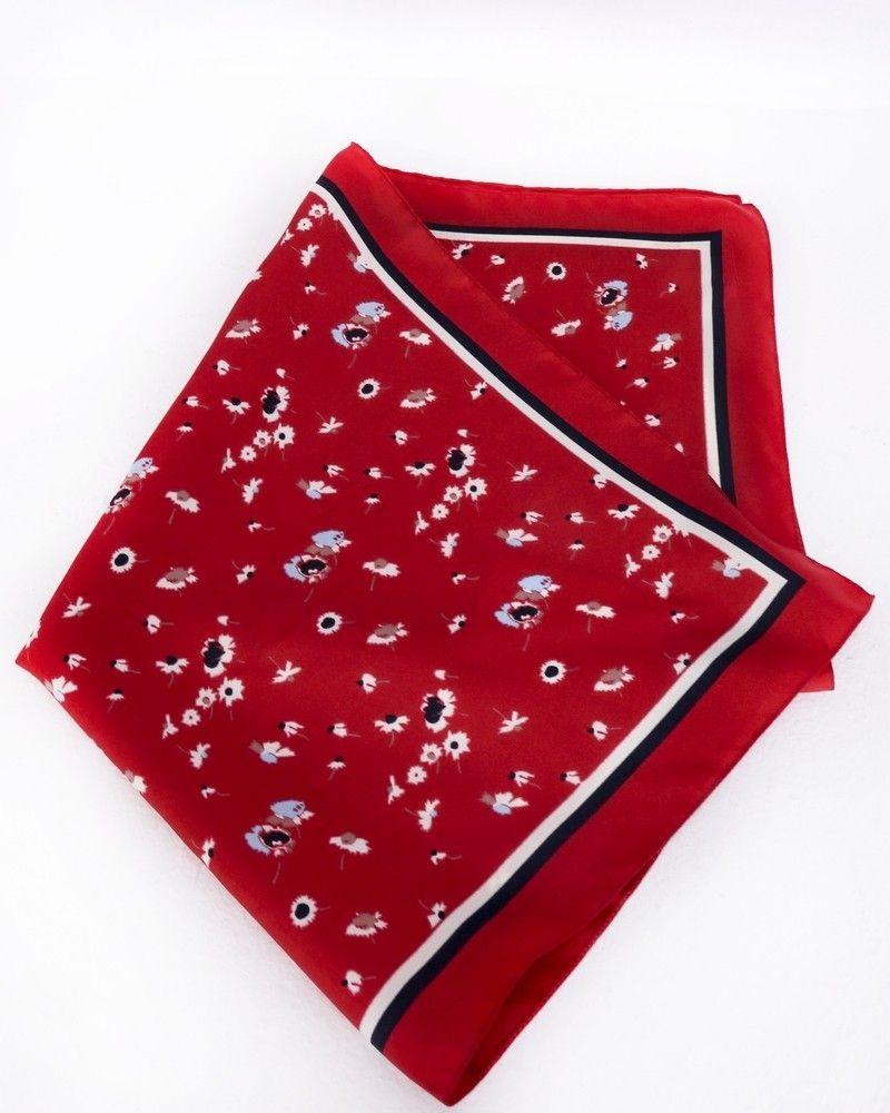Carré de soie rouge à motifs floral Coccinelle