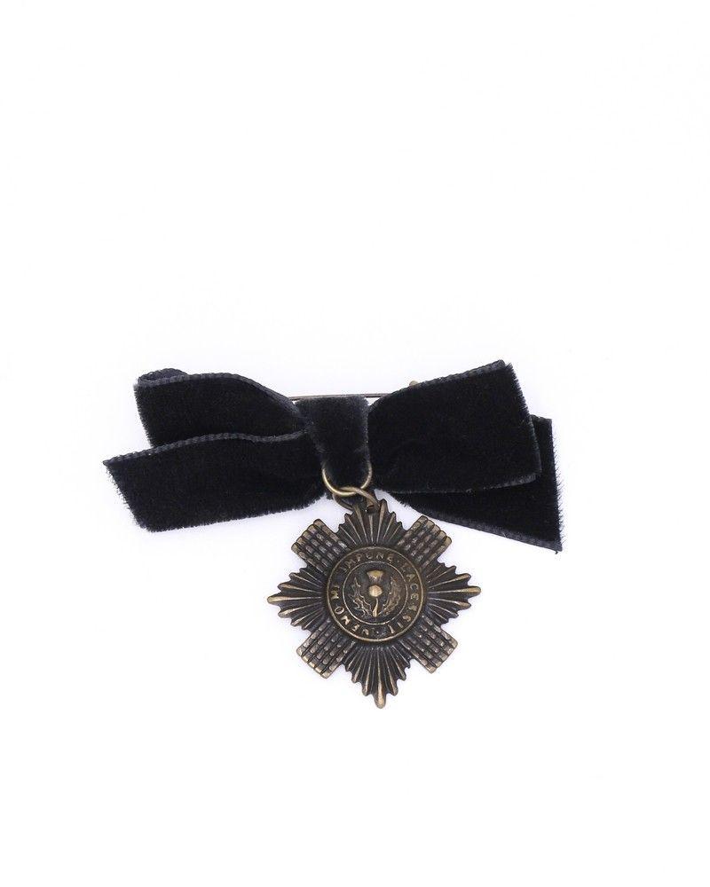 Broche médaille avec noeud noir Plein Sud