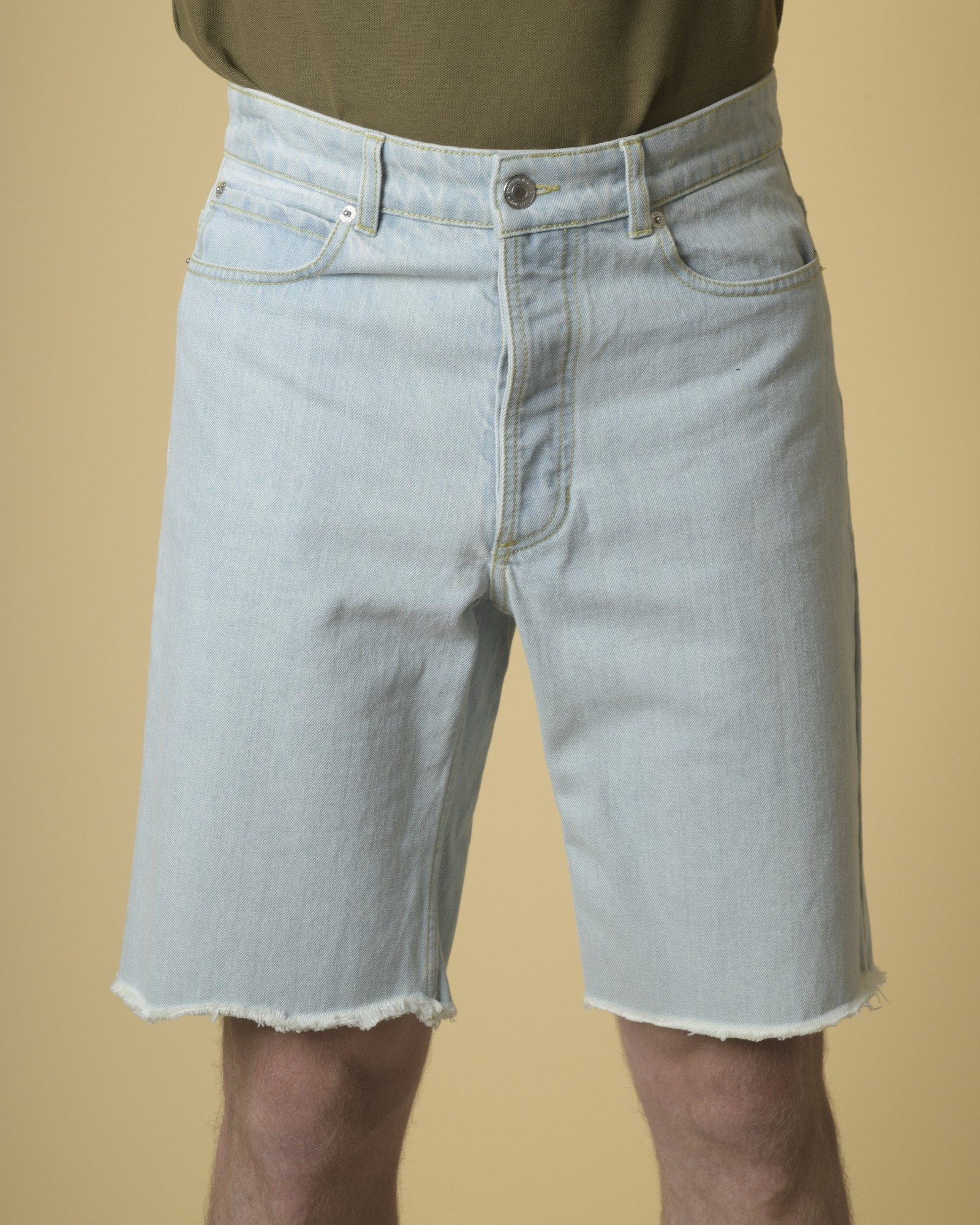Short en jean à ourlets...