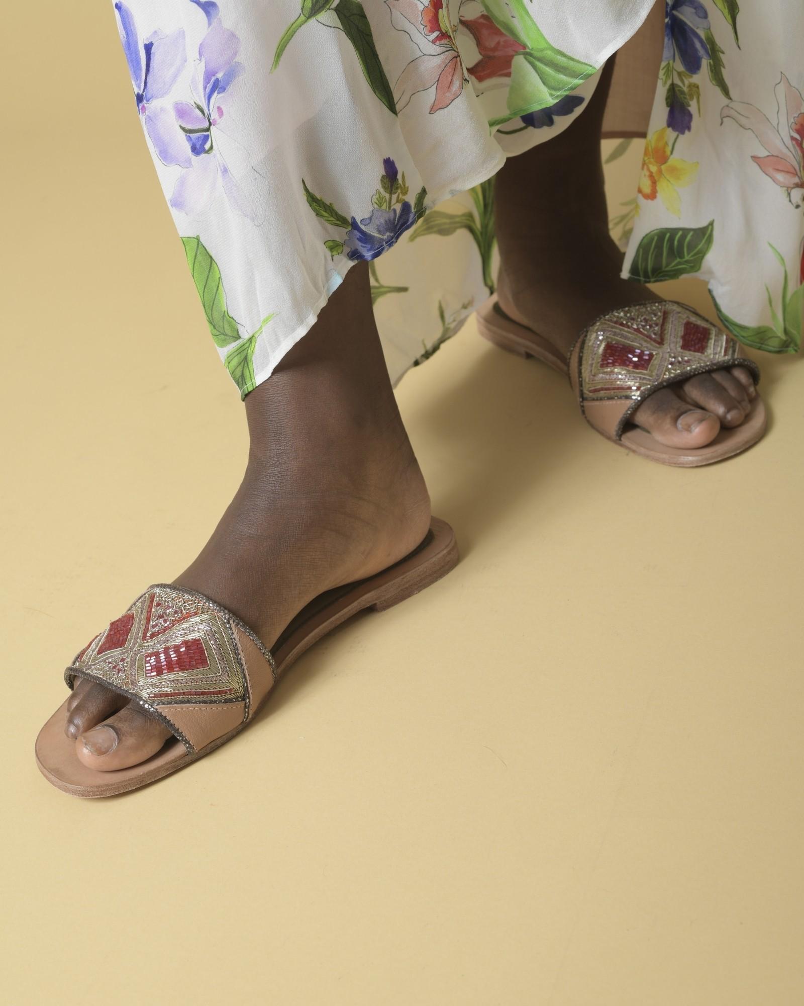 Sandales en cuir avec perles rouges Meher Kakalia