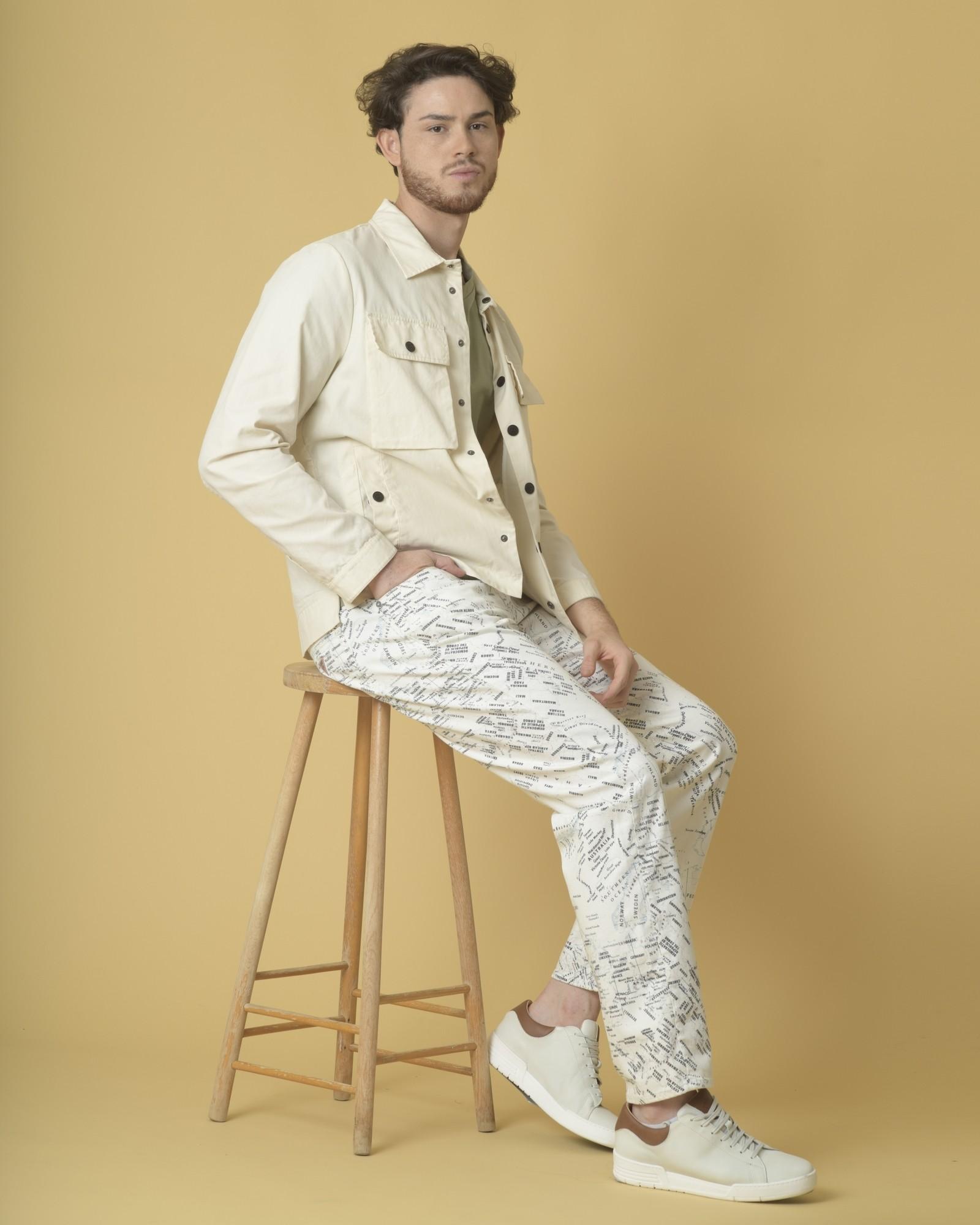 Jean large en coton blanc à imprimé mappemonde Guess