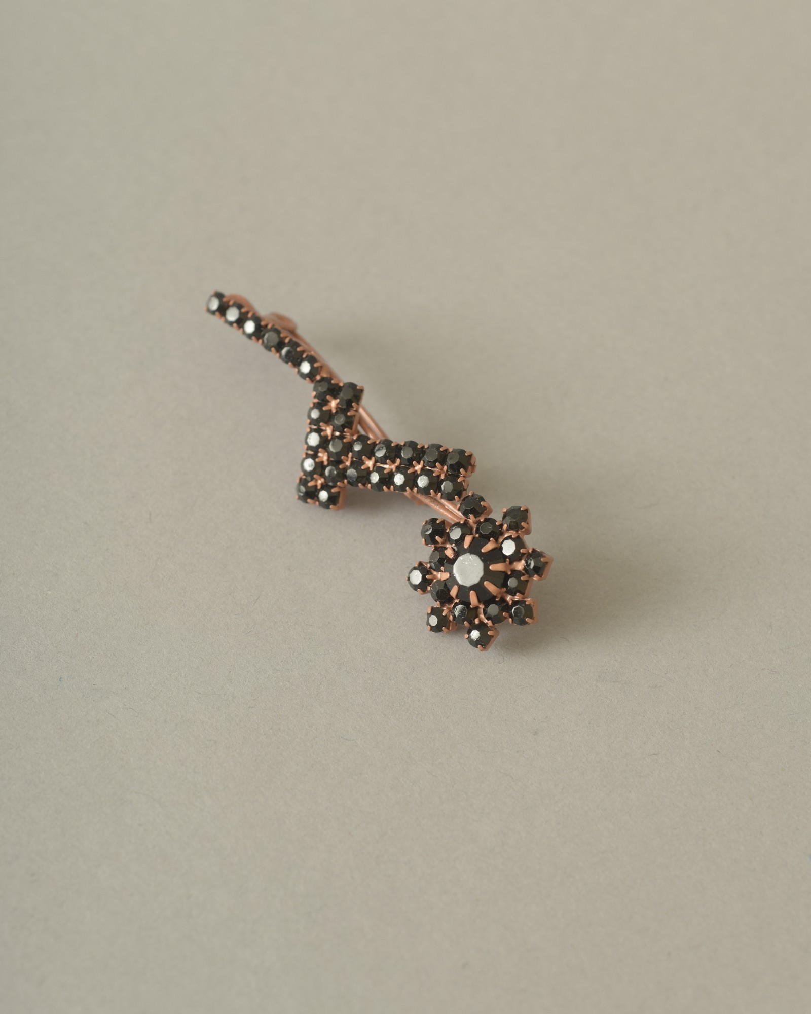 Broche florale en cristaux...