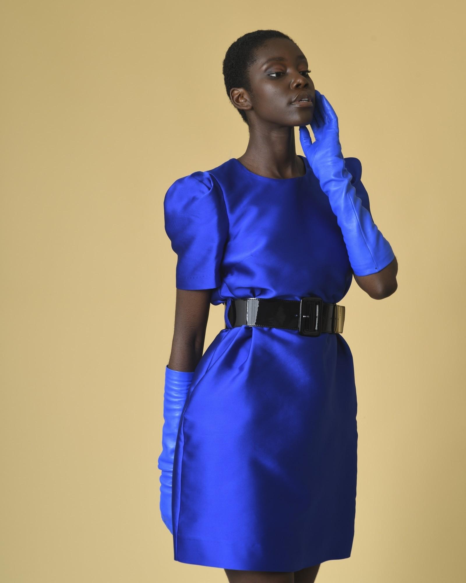Robe bleue à ceinture...