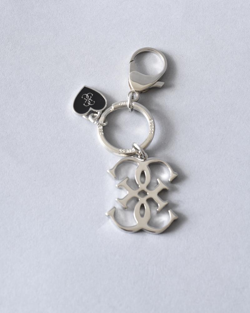 Porte-clés argenté à cœur noir Guess