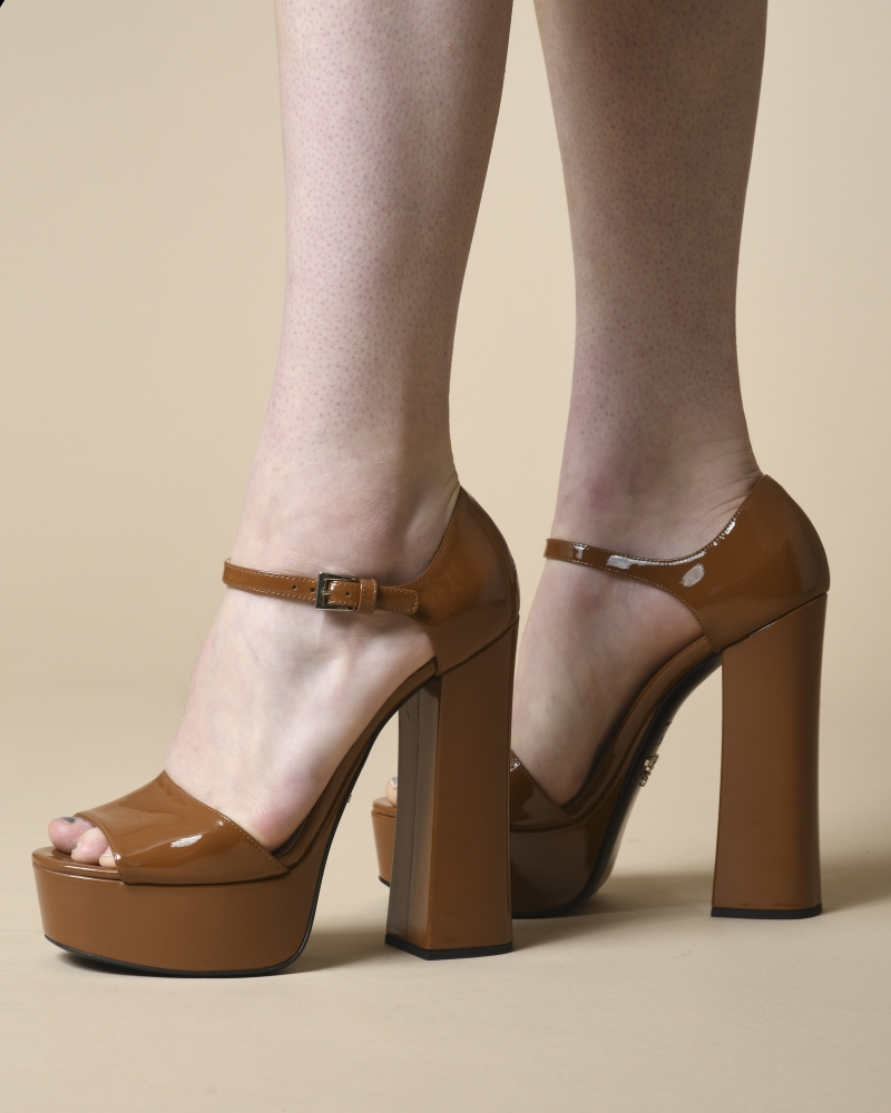 Sandales à talon en cuir vernis Prada