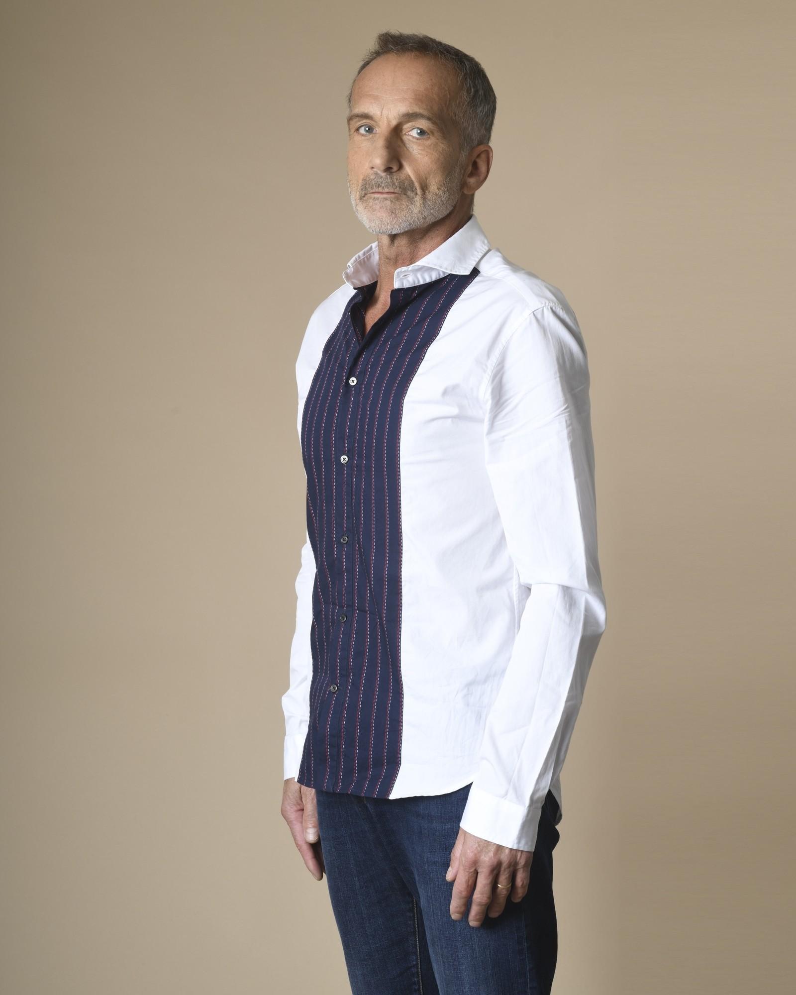 Chemise blanche et bleue à...